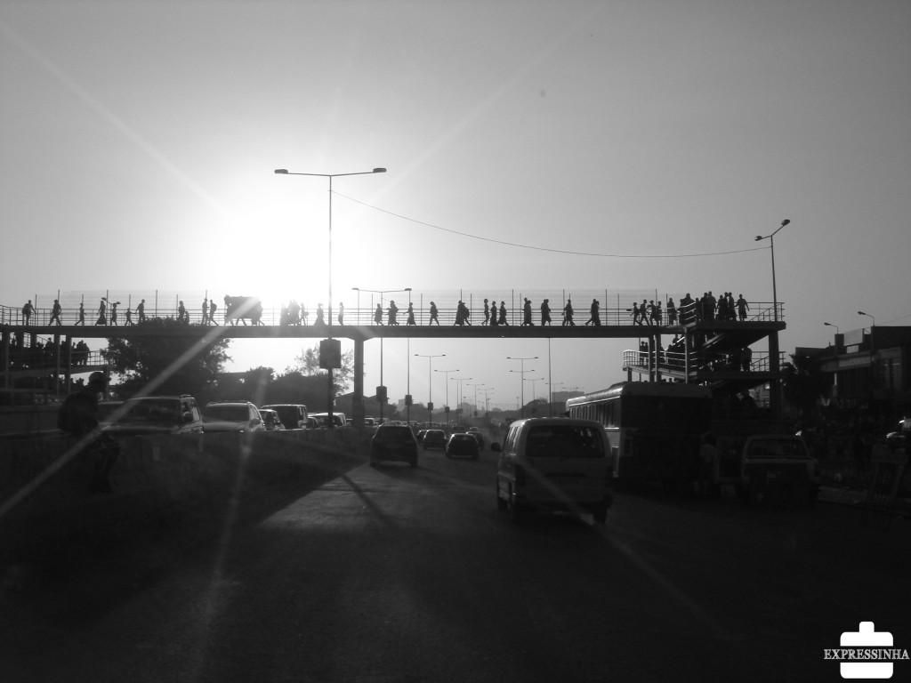 Tudo intenso no fim de tarde: pôr-do-sol de doer de tão lindo, mar de carros, mar de gente...