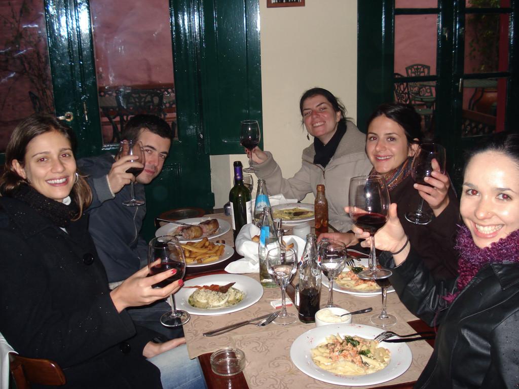 A turma animadérrima em 2007, fazendo a última refeição sob a neve no Rosália, um dos maravilhosos restaurantes de San Telmo que infelizmente fechou!