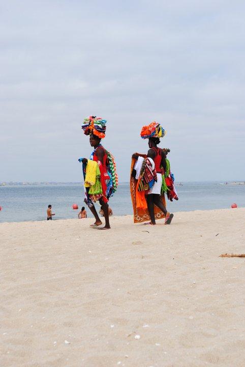 Vendedoras da praia de Mussulo. Cidade de Luanda Turismo.